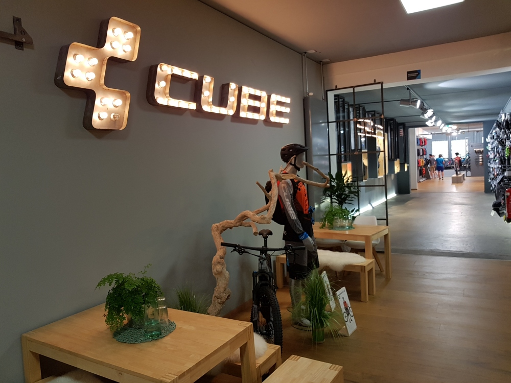 Cube showroom bejarat